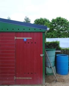 Abri de jardin et récupérateur d'eau